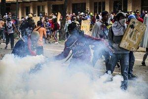 Confrontos durante greve na Venezuela deixam dois mortos e nove feridos. (AFP PHOTO/RONALDO SCHEMIDT)