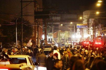 Com dezenas de agentes, Brigada Miitar, EPTC e Guarda Municipal (ao fundo) evitaram fechamento do tráfego na via (Agência RBS/Carlos Macedo / Agência RBS)