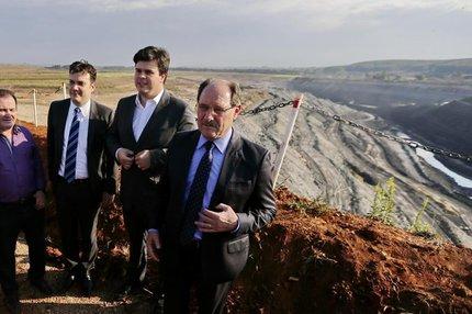 Sartori e Coelho Filho (primeiro ao lado do governador) estiveram na região carbonífera (Agencia RBS/Félix Zucco)