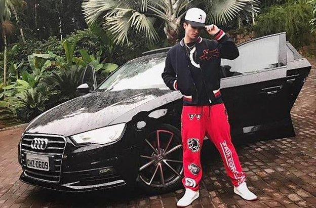 Jovem de 21 anos em foto publicada na sua rede social com o carro usado por ele no momento do acidente (Instagram/Reprodução / Instagram)