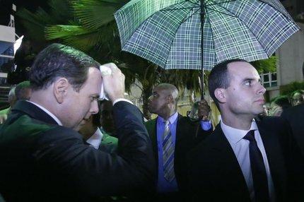 Prefeito de São Paulo foi atingido por ovo após ganhar título de cidadão soteropolitano na Câmara de Salvador (AGÊNCIA A TARDE/ESTADÃO CONTEÚDO/MILA CORDEIRO)