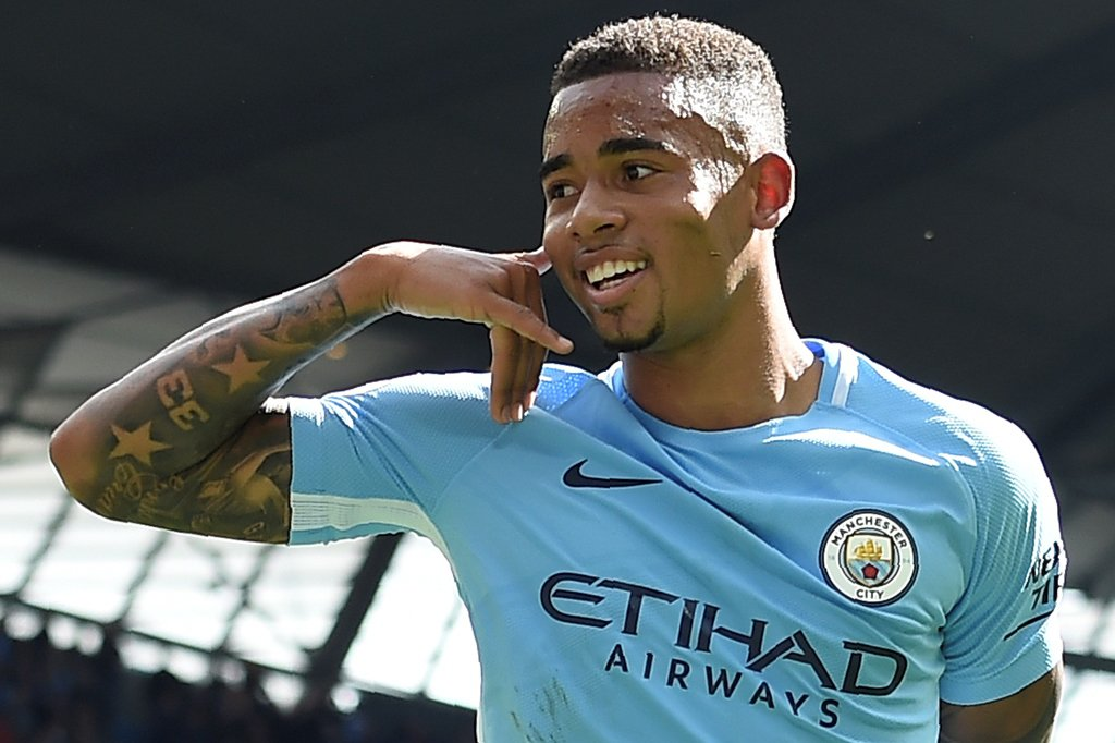 Manchester City soma e segue