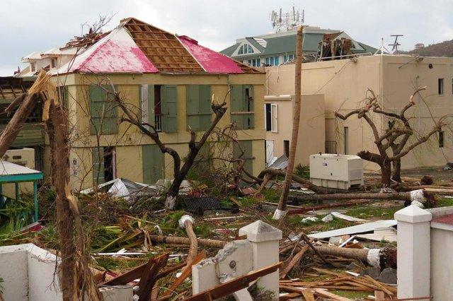 Casal Luiz e Mauriane mostram o cenário de destruição em Tortola, nas ilhas Virgens Britânicas.