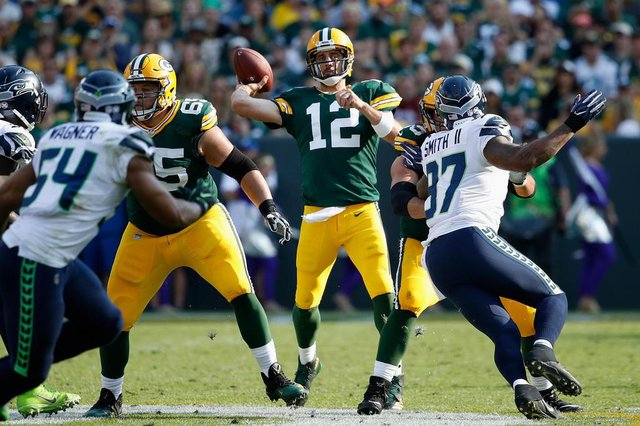 Seattle Seahawks v Green Bay PackersGREEN BAY, WI - SEPTEMBER 10: Aaron Rodgers #12 of the Green Bay Packers throws a pass during the first half against the Seattle Seahawks at Lambeau Field on September 10, 2017 in Green Bay, Wisconsin.   Joe Robbins/Getty Images/AFPEditoria: SPOLocal: Green BayIndexador: Joe RobbinsSecao: American FootballFonte: GETTY IMAGES NORTH AMERICAFotógrafo: STR