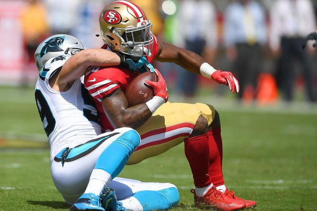 Carolina Panthers v San Francisco 49erSANTA CLARA, CA - SEPTEMBER 10: Carlos Hyde #28 of the San Francisco 49ers gets tackled by Luke Kuechly #59 of the Carolina Panthers during the first quarter of their NFL football game at Levis Stadium on September 10, 2017 in Santa Clara, California.   Thearon W. Henderson/Getty Images/AFPEditoria: SPOLocal: Santa ClaraIndexador: Thearon W. HendersonSecao: American FootballFonte: GETTY IMAGES NORTH AMERICAFotógrafo: STR