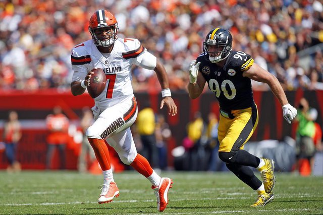 Pittsburgh Steelers v Cleveland BrownsCLEVELAND, OH - SEPTEMBER 10: DeShone Kizer #7 of the Cleveland Browns eludes T.J. Watt #90 of the Pittsburgh Steelers at FirstEnergy Stadium on September 10, 2017 in Cleveland, Ohio.   Justin K. Aller/Getty Images/AFPEditoria: SPOLocal: ClevelandIndexador: Justin K. AllerSecao: American FootballFonte: GETTY IMAGES NORTH AMERICAFotógrafo: STR