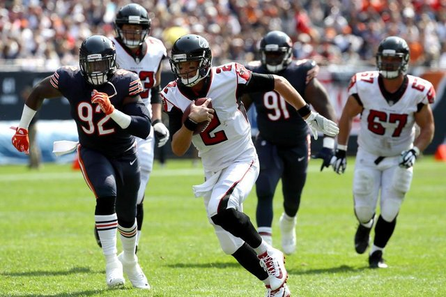Atlanta Falcons v Chicago BearsCHICAGO, IL - SEPTEMBER 10: Quarterback Matt Ryan #2 of the Atlanta Falcons carries the football in the second quarter against the Chicago Bears at Soldier Field on September 10, 2017 in Chicago, Illinois.   Jonathan Daniel/Getty Images/AFPEditoria: SPOLocal: ChicagoIndexador: JONATHAN DANIELSecao: American FootballFonte: GETTY IMAGES NORTH AMERICAFotógrafo: STF