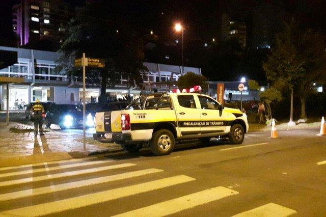 A fiscalização dos transportes realizou neste domingo uma operação na Rodoviária de Caxias do Sul, com intuito de pacificar a relação entre taxistas e motoristas do aplicativo Uber.