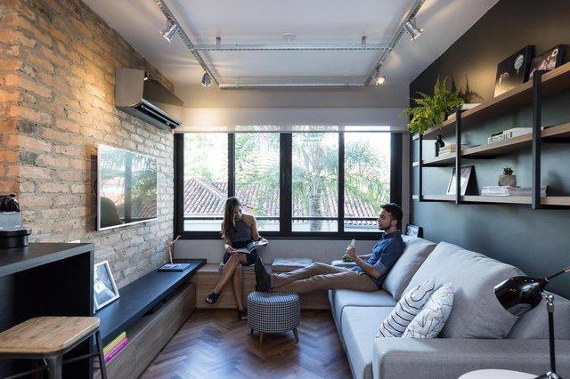 Projeto do escritório K+S arquitetos Associados, Luiza Lima, preto, tijolo, madeira, cimento, cinza, espinha de peixe, chevron