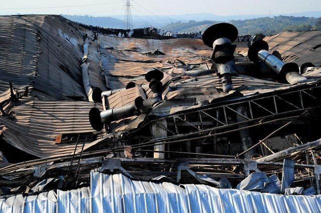 CAXIAS DO SUL, RS, BRASIL, 04/09/2017 - Incêndio destruiu totalmente pavilhão onde ficava o setor de plásticos da Marcopolo. A área permanece isolada para perícia. Muitas pessoas ainda se dirigem até à empresa para ver o que sobrou do pavilhão. (Marcelo Casagrande/Agência RBS)
