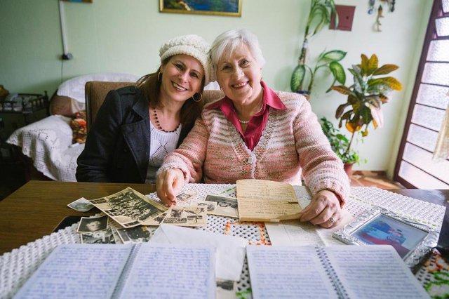 PORTO ALEGRE, RS, BRASIL, 11/08/2017 :  na foto a amiga Carla Rosane Lopes de Freitas, 52 anos eWanda Zimny, 76 anos que nasceu na Polônia, na época da segunda guerra, e escreveu à mão um livro com sua história de vida e dos seus pais na época da guerra. Hoje ela vive sozinha, sem familiares, e escreve para preservar suas memórias e manter a mente ativa. Vamos até a casa dela ouvir essa história.(Omar Freitas/Agência RBS)Indexador: Omar Freitas