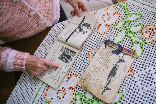 PORTO ALEGRE, RS, BRASIL, 11/08/2017 : Wanda Zimny, 76 anos nasceu na Polônia, na época da segunda guerra, e escreveu à mão um livro com sua história de vida e dos seus pais na época da guerra. Hoje ela vive sozinha, sem familiares, e escreve para preservar suas memórias e manter a mente ativa. Vamos até a casa dela ouvir essa história.(Omar Freitas/Agência RBS)Indexador: Omar Freitas
