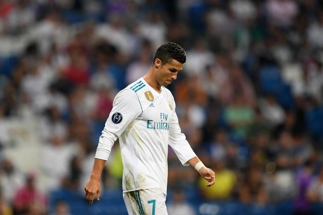 Real Madrids forward from Portugal Cristiano Ronaldo leaves the pitch after the UEFA Champions League football match Real Madrid CF vs APOEL FC at the Santiago Bernabeu stadium in Madrid on September 13, 2017. / AFP PHOTO / GABRIEL BOUYSEditoria: SPOLocal: MadridIndexador: GABRIEL BOUYSSecao: soccerFonte: AFPFotógrafo: STF