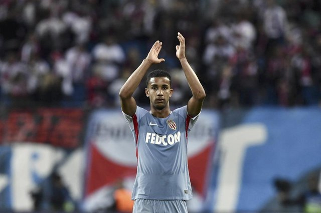 Monacos Brazilian defender Jorge applauds their supporters after the UEFA Champions League group G football match RB Leipzig v AS Monaco in Leipzig, eastern Germany on September 13, 2017. The match ended in a 1 - 1 draw. / AFP PHOTO / John MACDOUGALLEditoria: SPOLocal: LeipzigIndexador: JOHN MACDOUGALLSecao: soccerFonte: AFPFotógrafo: STF