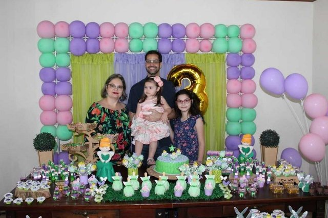 Os pais Thiago Dias e Ana Karina mais a irmã Mariana na festa da aniversariante Letícia, que fez 3 aninhos.