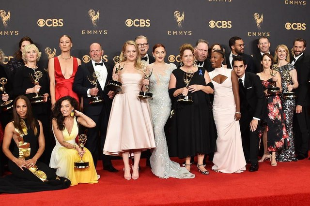69th Annual Primetime Emmy Awards - Press RoomLOS ANGELES, CA - SEPTEMBER 17: Cast and crew of The Handmaids Tale, winners of Outstanding Drama Series, pose in the press room during the 69th Annual Primetime Emmy Awards at Microsoft Theater on September 17, 2017 in Los Angeles, California.   Alberto E. Rodriguez/Getty Images/AFPEditoria: ACELocal: Los AngelesIndexador: Alberto E. RodriguezSecao: PeopleFonte: GETTY IMAGES NORTH AMERICAFotógrafo: STF