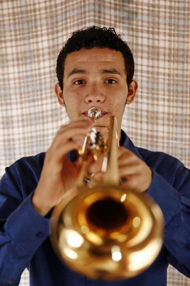ALVORADA, RS, BRASIL, 13-09-2017: Renato de Oliveira Nunes Junior, 19 anos, estudante de trompete da escola da Ospa, faz campanha para angariar o dinheiro necessário para se manter na Europa. O jovem, morador do Bairro Umbu, em Alvorada, ganhou parte de uma bolsa de estudos na Bélgica. (CARLOS MACEDO/AGÊNCIA RBS)