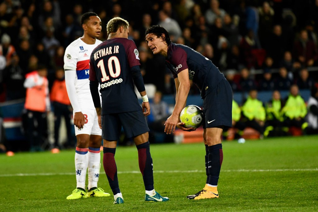 Jornal diz que Neymar pediu ao PSG para negociar Cavani