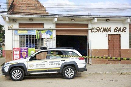 Vítimas foram mortas à luz do dia, nesta terça-feira, dentro de bar (Agencia RBS/Anderson Fetter)