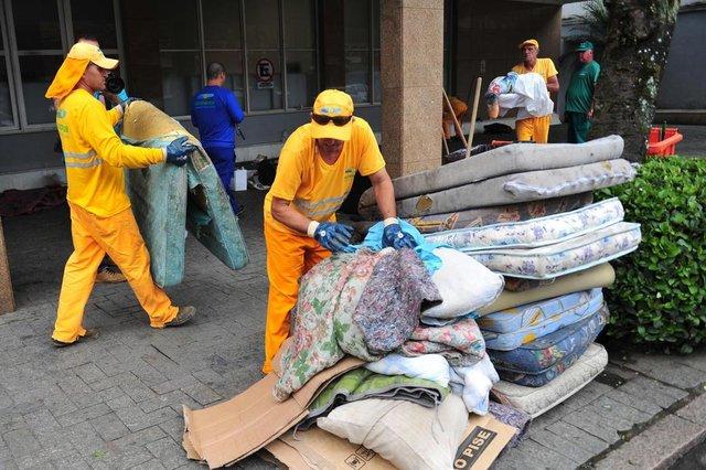 JOINVILLE,SC,BRASIL,18-09-2017.Moradores de rua não poderam mais usar a marquise do banco Bradesco como moradia.(Foto:Salmo Duarte/A Notícia)