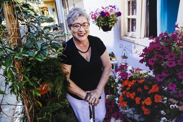 FLORIANOPOLIS, SC, BRASIL, 20.09.2017: A dona Enara, de 65 anos, usa do jardim e das flores como fonte de vida e energia, além de filosofar sobre a vida através de comparativos com o jardim que cuida em casa. (Foto: Diorgenes Pandini/Diário Catarinense)