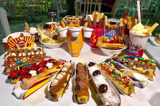Se você, assim como eu, gosta de churros, prepare-se. Nesse fim de semana tem Festival de Churros em Joinville e  a promessa é de muitas opções de sabores,  passando pelo tradicional churros de doce de leite até o milk shake de churros, o bolo de churros, ou ainda ainda os churros salgados. O evento acontece na Expoville  de hoje até domingo. Os preços variam entre R$ 5 até R$25. A entrada é franca, estacionamento R$ 7.