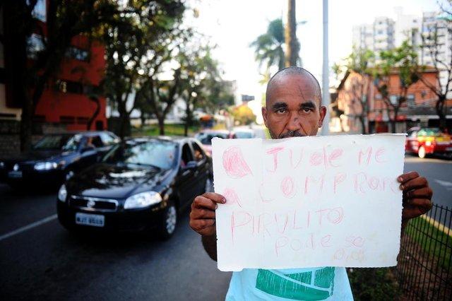 JOINVILLE, SC, BRASIL (21-09-2017) - Alexandre Melo Carvalho da Silva, 44 anos, distribui pirulitos no semáforo da Avenida JK, no Centro de Joinville, há sete anos.(Foto: Maykon Lammerhirt, Agencia RBS)