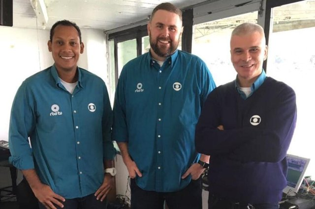 Marcio Chagas (E) com os colegas da RBS TV Luciano Périco e Maurício Saraiva, antes de uma transmissão esportiva.