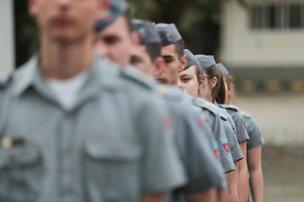 Alunos do colégio militar em Florianópolis têm de formar pelotões, prestar continência e cantar hinos todos os dias (Diário Catarinense/Cristiano Estrela)