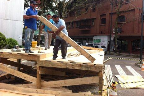 Palco é tradicionalmente montado na esquina das ruas Namy Deeke e XV de Novembro (Agencia RBS/Gilmar de Souza)