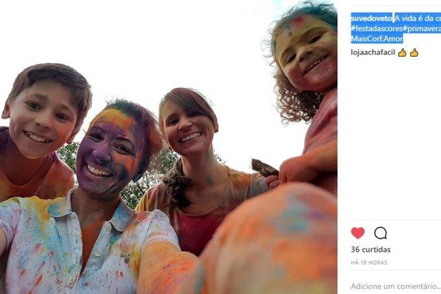 @suvedoveto resgistrando a alegria do evento (Festa das Cores, em Joinville)