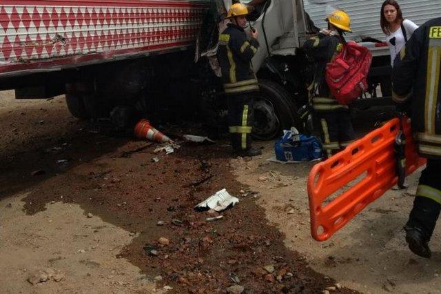 acidente na br-470 com 3 caminhões em indaial