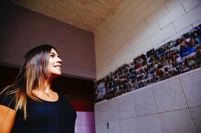 FLORIANOPOLIS, SC, BRASIL: Comunidade da Chico Mendes ganha sala do EJA dentro da ONG Geração da Chico. Carol da ONG Geração da Chico . (Foto: Diorgenes Pandini/Dário Catarinense)