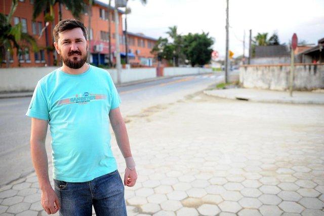 JOINVILLE, SC, BRASIL (26-09-2017) - Anderson Tochetto morador da Rua João Carlos Gomes de Oliveira. (Foto: Maykon Lammerhirt, A Notícia)