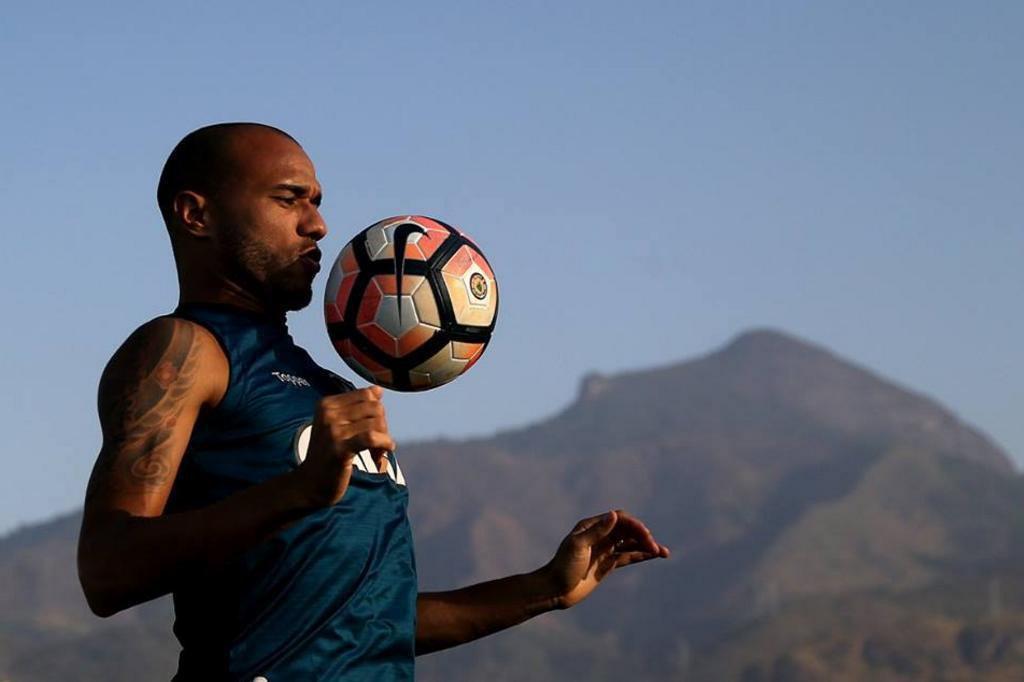 Roger, atacante do Botafogo, é diagnosticado com tumor nos rins