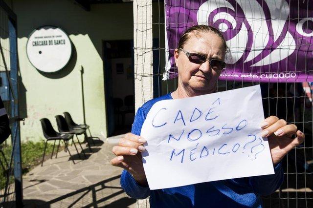PORTO ALEGRE, RS, BRASIL - 03-10-2017 - Moradores da Chácara do Banco, no Bairro Restinga, protestam contra a demissão do médico da família congolês que atendia no local há três anos. A unidade Chácara do Banco é uma das 14 de Porto Alegre atingida pela demissões de profissionais do programa Mais Médicos, numa decisão do governo federal.Romilda Andreoli (ela está de óculos) não conseguiu marcar consulta.  (FOTO: ANDERSON FETTER/AGÊNCIA RBS)Indexador: Anderson Fetter