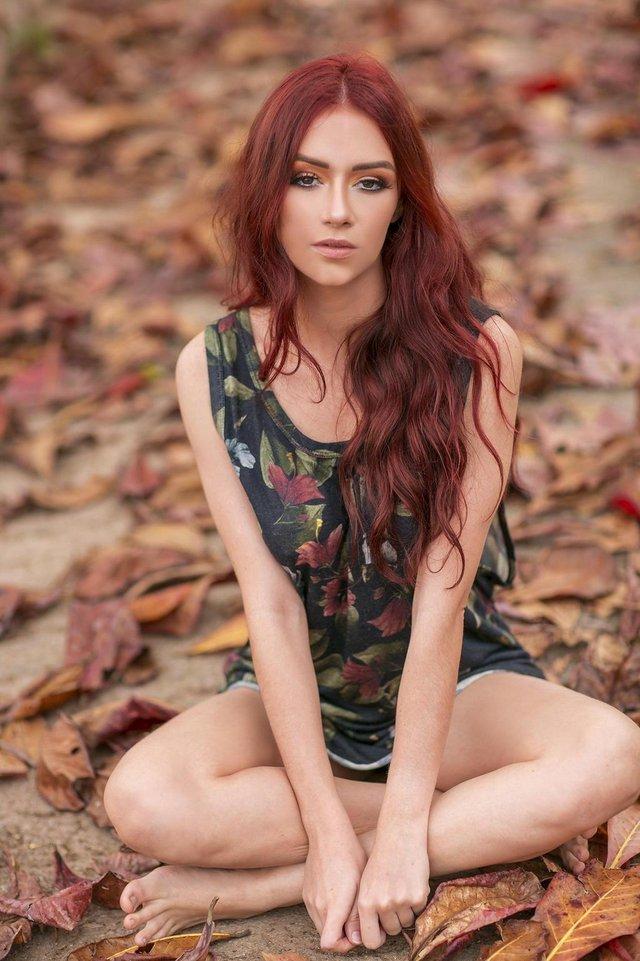 LEGENDA FOTO 2Lindíssima e ruiva, Agatha Becker, 22 anos, moradora do Estreito e natural de Floripa.  é estudante de moda e no futuro pretende abrir sua própria marca de roupasCRÉDITOTiago Mynt, Divulgação