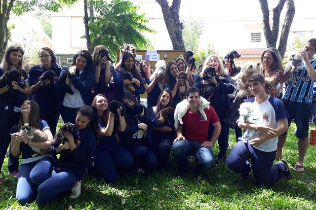 Jovens participam de benção de animais de estimação no instituto São José em Santa Maria