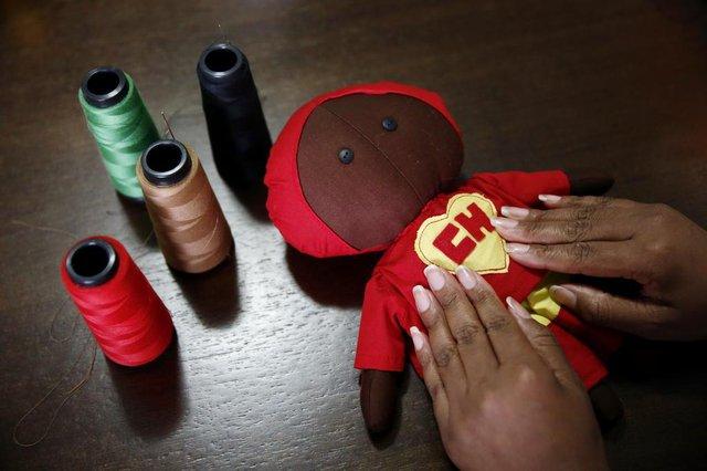 PORTO ALEGRE, RS, BRASIL, 22-09-2017 - Liliane Regini Lemos de Oliveira Moraes, 38 anos, estudante de psicologia, confecciona bonecas de pano negras inspiradas em personagens famosos para estimular a representatividade negra entre as crianças. (FOTO: CARLOS MACEDO)