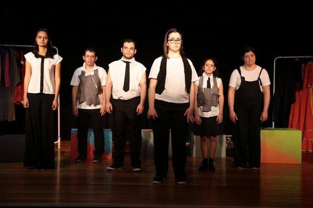 O Grupo de Teatro Arte para Todos apresenta a peça Doze Trabalhos no próximo sábado, 7 de outubro, às 20 horas, na Casa Iririú (Rua Guaíra, 634, Iririú).