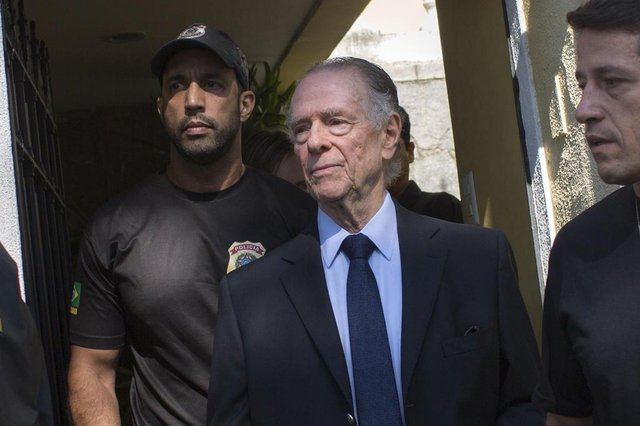 Brazil's Olympic Committee chief Carlos Nuzman (C) is escorted from his home by federal police in Rio de Janeiro on October 5, 2017.Brazilian police on October 5 arrested the chairman of the Brazilian Olympic Committee as part of a probe into alleged buying of votes to secure Rio's hosting of the 2016 Games. / AFP PHOTO / Mauro PIMENTELEditoria: SPOLocal: Rio de JaneiroIndexador: MAURO PIMENTELSecao: sports eventFonte: AFPFotógrafo: STR
