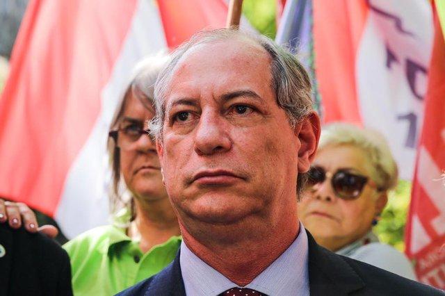 PORTO ALEGRE, RS, BRASIL - 24-08-2017 - Ciro Gomes Pré-candidato do PDT á presidência faz caminhada no centro de Porto Alegre. (FOTO: OMAR FREITAS/AGÊNCIA RBS)Indexador: Omar Freitas