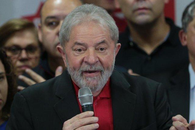 Lula fala após ser condenado pelo juiz Sérgio MoroSP - LAVA JATO/LULA/PRONUNCIAMENTO - POLÍTICA - O ex-presidente Luiz Inácio Lula da Silva (PT) fala pela primeira vez após   ser condenado, no diretório do Partido dos Trabalhadores (PT), no centro   de São Paulo, nesta quinta-feira, 13. Lula foi condenado nesta quarta-   feira, 12, a 9 anos e seis meses de prisão pelos crimes de corrupção   passiva e lavagem de dinheiro no caso triplex do Guarujá. A condenação do   juiz federal Sérgio Moro, da 13ª Vara Federal, em Curitiba, é a primeira   do ex-presidente na Operação Lava Jato. Moro não decretou a prisão de   Lula.   13/07/2017 - Foto: ALEX SILVA/ESTADÃO CONTEÚDOEditoria: POLÍTICALocal: SÃO PAULOIndexador: ALEX SILVAFotógrafo: ESTADÃO CONTEÚDO