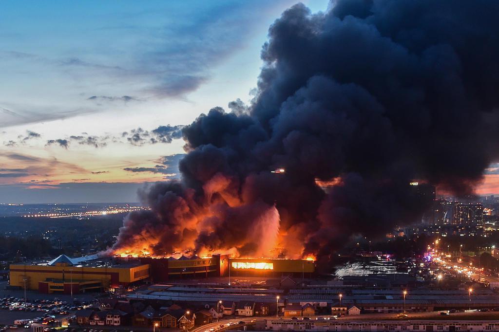 Milhares de pessoas são retiradas de shopping após incêndio na Rússia