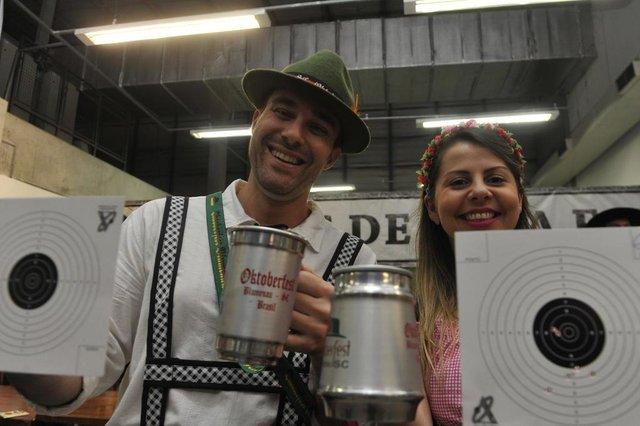 Faces da oktober: tradição. CASE: Renato Marotta e Renata Dias