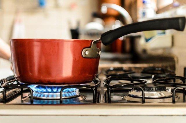 FRANCA, SP, 21.03.2017: Boca de fogão com fogo aceso. Foto: Igor do Vale/Folhapress