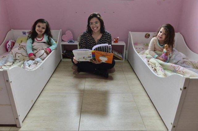 VIAMÃO-RS-BR 12.10.2017Como tirar os filhos do quarto dos pais para dormir no próprio quarto.Ana Paula Vaz Soares com as filhas, Alice(esquerda)  e Lívia(direita).FOTÓGRAFO: TADEUVILANI AGÊNCIARBS DG