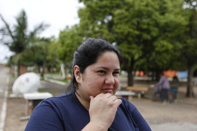ALVORADA, RS, BRASIL, 28-09-2017: Luana Freire, 26 anos, concede entrevista. Alvorada é a única entre 12 cidades da Região Metropolitana de Porto Alegre que cobra por protocolos de determinadas reclamações feitas por moradores. (Foto: Mateus Bruxel / Agência RBS)