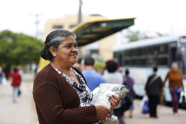 ALVORADA, RS, BRASIL, 28-09-2017: Berenica Soares, 57 anos, concede entrevista. Alvorada é a única entre 12 cidades da Região Metropolitana de Porto Alegre que cobra por protocolos de determinadas reclamações feitas por moradores. (Foto: Mateus Bruxel / Agência RBS)