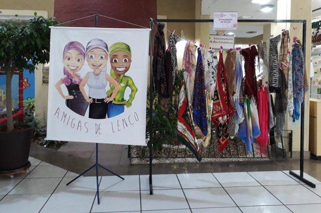 Dentro da programação do Outubro Rosa, o grupo Amigas de Lenço está recebendo doações no Shopping Cidade das Flores. Elas já são conhecidas por arrecadar lenços para mulheres que estão em tratamento de câncer, e dentro do Outubro Rosa intensificaram a campanha. Quem quiser ajudar pode ir até o shopping das 14h às 18h.